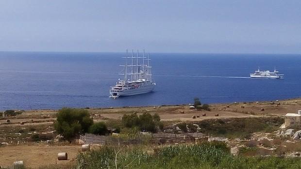 Máltai cégalapitás Mgarr kikötője előtt, Gozo/Málta